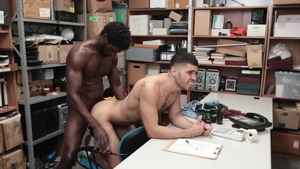 YoungPerps - Officer latino Devin Trez striptease in the car